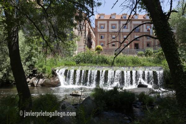 Azud de la fábrica de harinas Carretero, el de mayor longitud en este tramo del río Eresma. © Javier Prieto Gallego