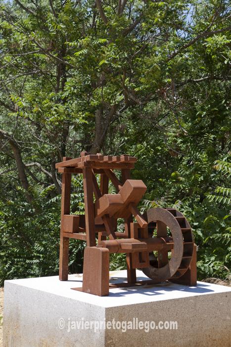 La representación de un batán ilustra sobre estos ingenios en una plaza junto al lugar donde se ubicaba la fábrica de harinas Carretero. © Javier Prieto Gallego
