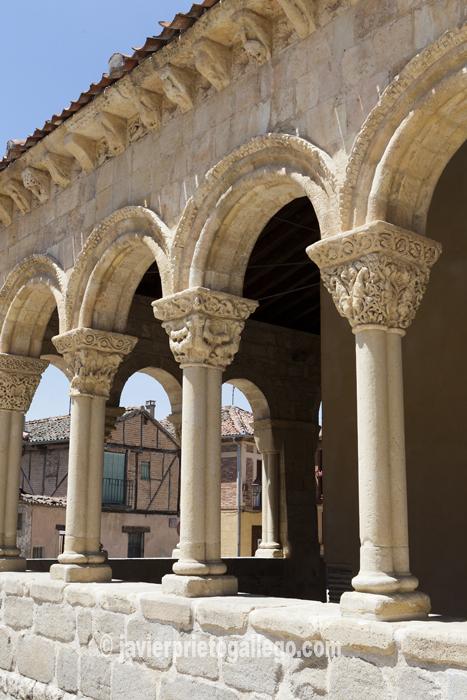 La senda los Molinos pasa muy cerca de la galería porticada de la iglesia de San Lorenzo. © Javier Prieto Gallego
