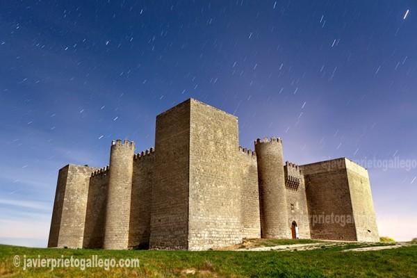 El castillo de Montealegre de Campos a la luz de la luna. Montes Torozos. Valladolid. Castilla y León. España © Javier Prieto Gallego
