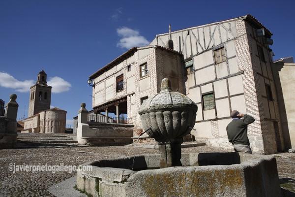 Fuente e iglesia de Santa María la Mayor. Plaza de la Villa. Arévalo. Ávila. Castilla y León. España. © Javier Prieto Gallego