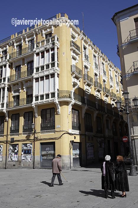 Edificio modernista en una esquina de la plaza Mayor de Zamora. Castilla y León. España © Javier Prieto Gallego