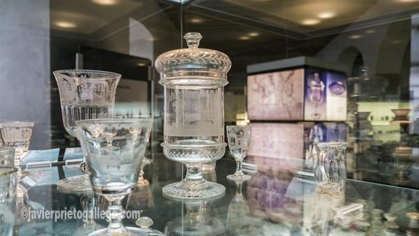 Botella-urna de cristal soplado y grabado. Real Fábrica de Cristales de la Granja. San Ildefonso. Segovia. Castilla y León. España.©Javier Prieto Gallego.