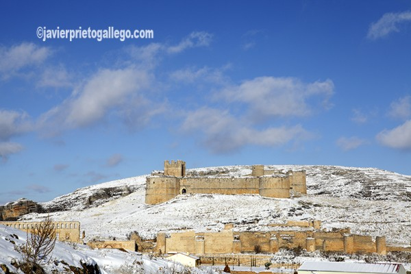 Imagen invernal del crucero con el castillo y las murallas al fondo. Berlanga de Duero. Soria. Castilla y León. España. © Javier Prieto Gallego