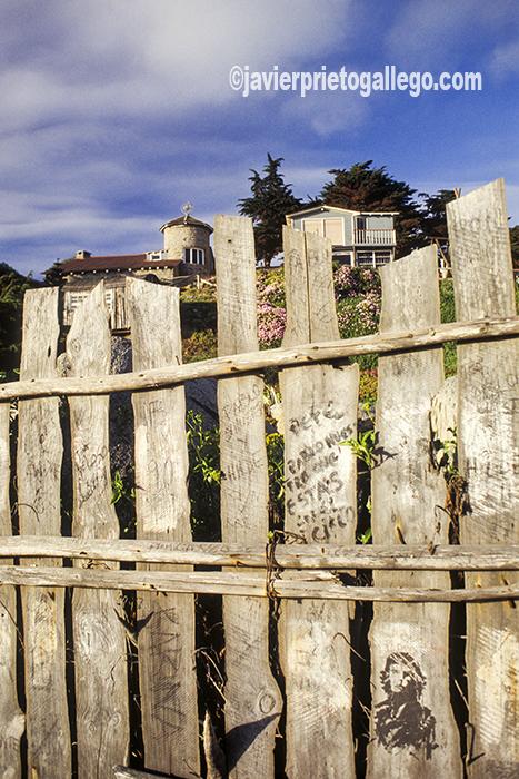"""Sobre las vallas que rodean la casa de Pablo Neruda en Isla Negra (Chile) pueden leerse grafitos como """"Pablo Neruda que estás en los cielos"""" o distinguirse la efigie del Ché Guevara. Isla Negra. Chile ©Javier Prieto Gallego"""