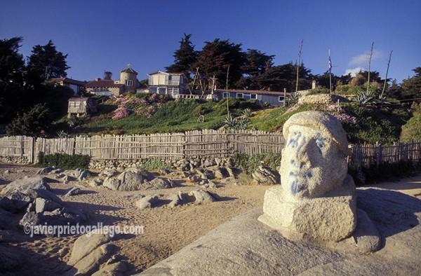 Efigie en granito del poeta Pablo Neruda junto a su casa en Isla Negra (Chile). Isla Negra. Chile ©Javier Prieto Gallego