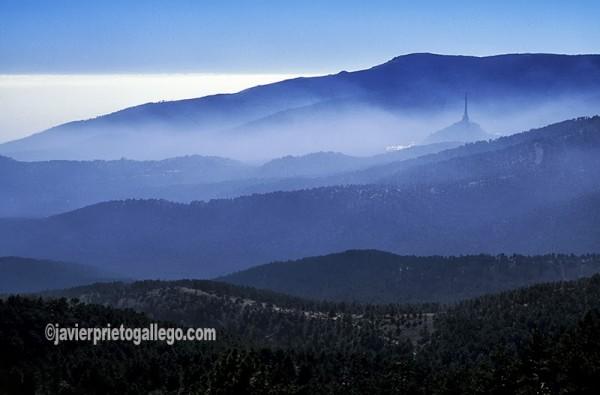 Vista de la Sierra de Guadarrama con la Cruz del Valle de los Caídos emergiendo entre la neblina. Sierra de Guadarrama. Parque Nacional de la Sierra de Guadarrama. Madrid. España © Javier Prieto Gallego