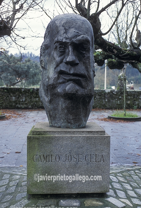 Busto del Premio Nobel de Literatura, Camilo José Cela, obra póstuma del escultor Pablo Serrano, ubicado frente a la Fundación Camilo José Cela en Iria Flavia, Padrón. A Coruña. España. © Javier Prieto Gallego