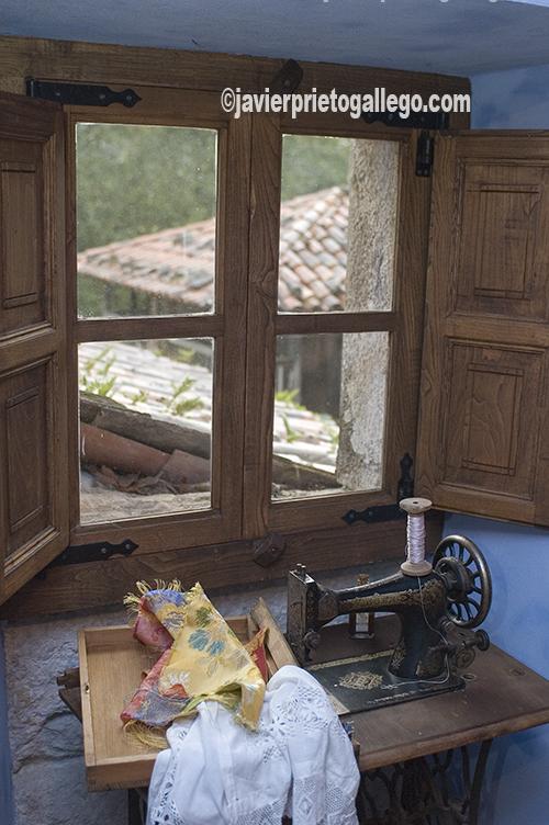 Máquina de coser. Sala de estar. Museo Etnográfico del Oriente de Asturias. Porrúa. España.© Javier Prieto Gallego