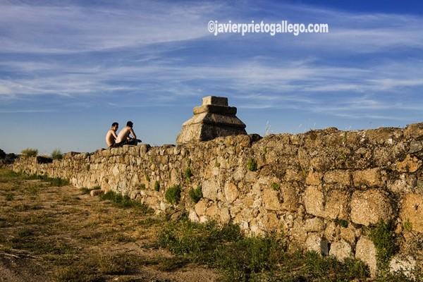 Dos jóvenes charlan sentados sobre el muro del Embalse romano de Proserpina. Mérida. Comarca de Vegas Bajas. Badajoz. Extremadura. España. © Javier Prieto Gallego