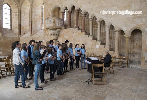 Un coro ensaya una actuación en el refectorio de Monjes del Monasterio cisterciense de Santa María de Huerta. Soria. Castilla y León. España. © Javier Prieto Gallego