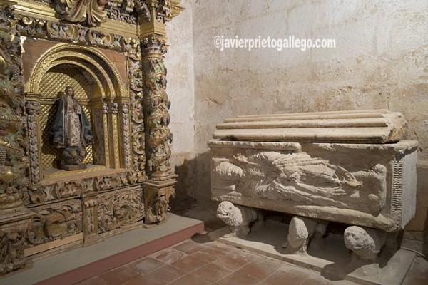Sepulcro de Rodrigo Ximénez de Rada en la iglesia del monasterio cisterciense de Santa María de Huerta. Soria. Castilla y León. España. © Javier Prieto Gallego