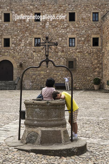 Pozo en el patio del castillo de Sigüenza. Rehabilitado desde 1976 como Parador de Turismo. Guadalajara. Castilla-La Mancha. España. © Javier Prieto Gallego