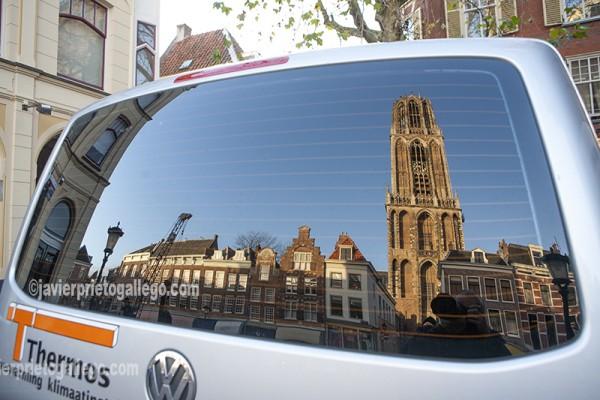 Reflejo de la Torre Dom de la catedral de Utrecht. Con sus 112 metros es la torre de un edificio religioso más alta de los Países Bajos. Símbolo de Utrecht. Holanda. © Javier Prieto Gallego