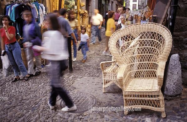 Comercio en una calle del casco antiguo de Potes. Liébana. Cantabria. España. © Javier Prieto Gallego;