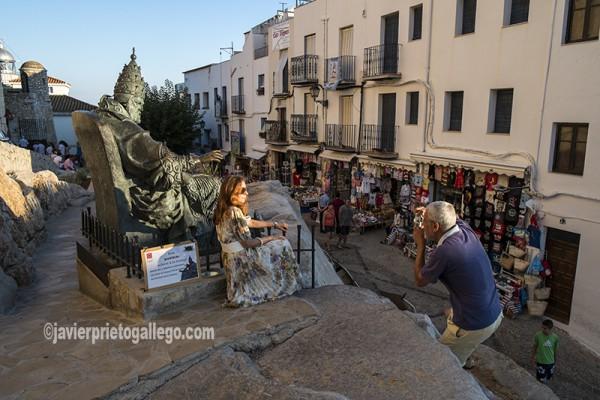 Estatua del papa Luna a los pies del castillo de Peñíscola. Costa del Azahar. Castellón. Comunidad Valenciana. España. © Javier Prieto Gallego