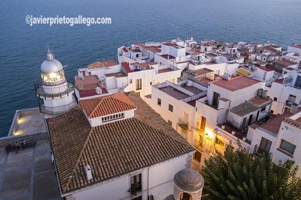 Faro de Peñíscola al anochecer. Costa del Azahar. Castellón. Comunidad Valenciana. España. © Javier Prieto Gallego