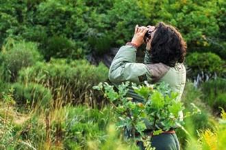 Un aficionado observa con prismáticos el discurrir de la berrea en la Montaña Palentina. Palencia. Castilla y León. España.© Javier Prieto Gallego;