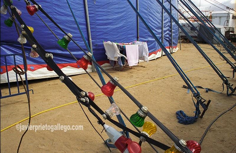 Ropas puestas a secar junto a la carpa del circo. [Valladolid. Castilla y León. España.© Javier Prieto Gallego]