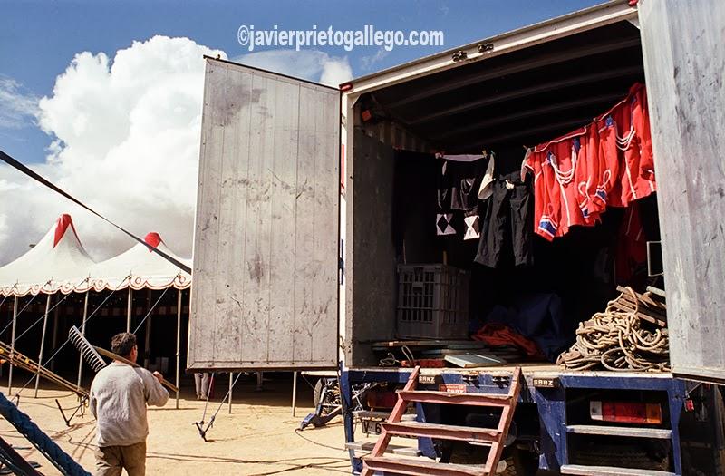 Ropas tendidas en el interior de un camión del Gran Circo Mundial. [Valladolid. Castilla y León. España.© Javier Prieto Gallego]