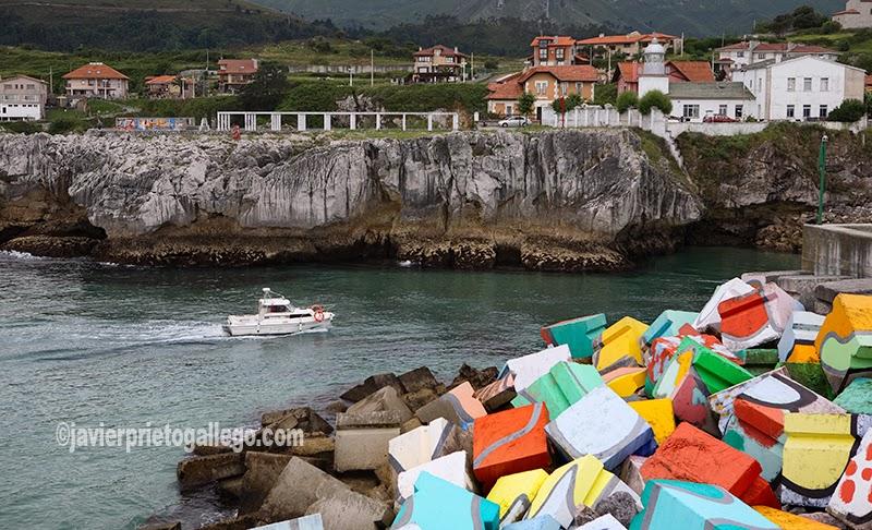 Cubos de la Memoria. Espigón diseñado por Ibarrola. Llanes. Asturias. España © Javier Prieto Gallego