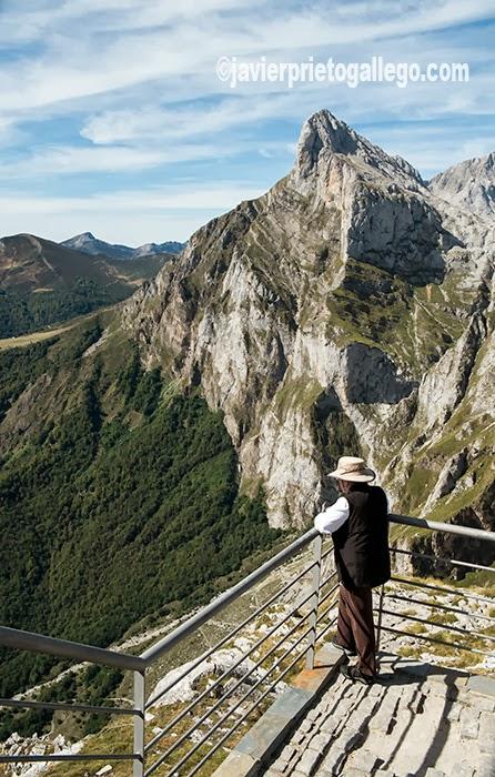 Balcón superior del teleférico de Fuente Dé con los picos de Peña Remoña (2.247 m) al fondo. Valle de Liébana. Cantabria. España. © Javier Prieto Gallego