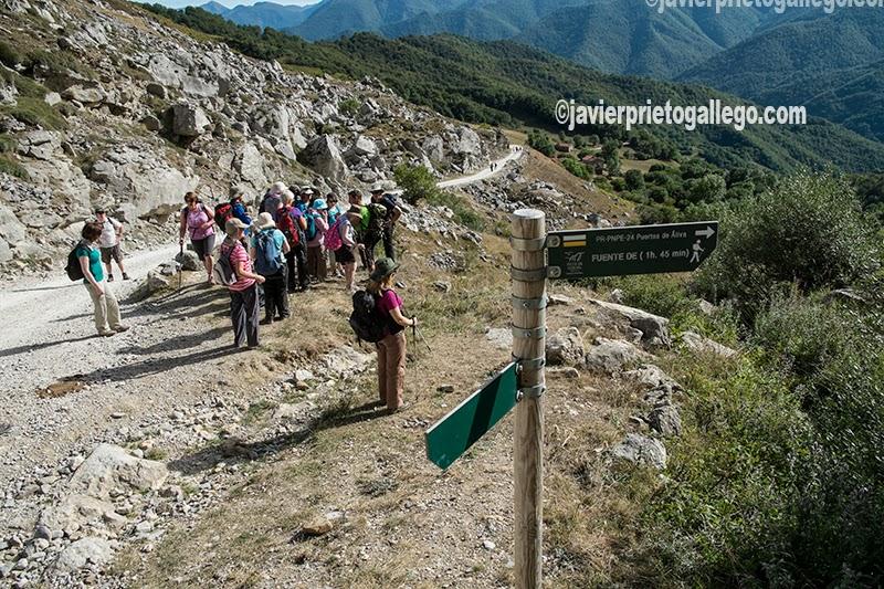 Un grupo de senderistas realiza el recorrido señalizado de los puertos de Áliva. Macizo Central de los Picos de Europa. Parque Nacional de los Picos de Europa. Valle de Liébana. Cantabria. España. © Javier Prieto Gallego