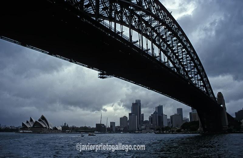 El Sidney Harbour Bridge, que atraviesa la bahía de Sídney, conecta el centro financiero de la ciudad con la costa norte, una zona de carácter residencial y comercial.Tras más de ocho años de construcción se abrió al público el 19 de marzo de 1932. Sidney. Australia. © Javier Prieto Gallego