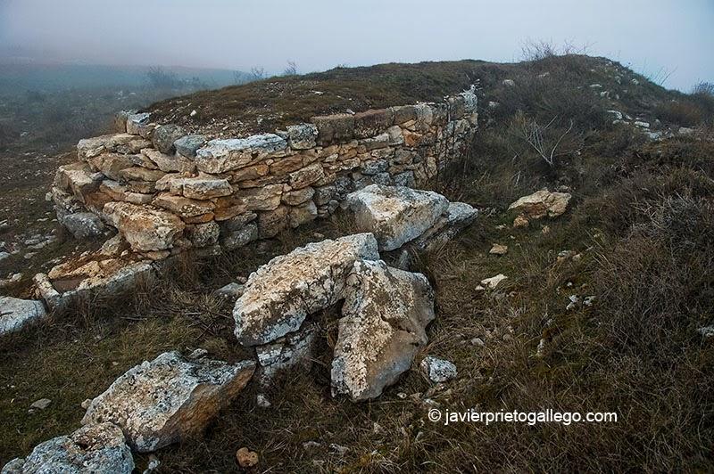 Restos de murallas en Castro Cildá. Olleros de Pisuerga. Palencia. Castilla y León. España © Javier Prieto Gallego;