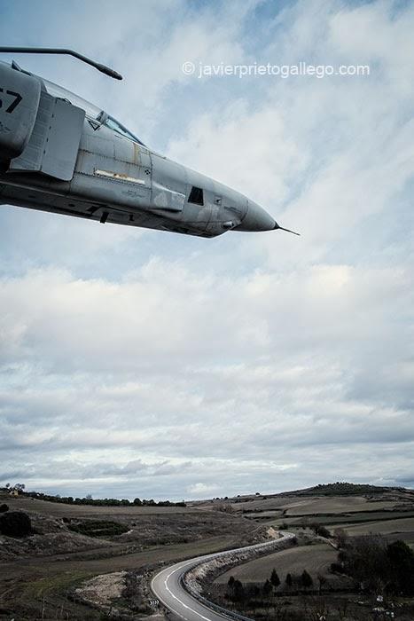 Phantom F-4 levantado en honor de los pilotos españoles junto al pueblo de Antigüedad. Cerrato Castellano. Palencia. Castilla y León. España © Javier Prieto Gallego