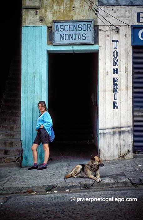 Entrada al ascensor de Monjas, en la ciudad chilena de Valparaíso.Fue inaugurado en 1912 y dejó de funcionar en 2009. Fue declarado monumento nacional. Chile, 1994 © Javier Prieto Gallego
