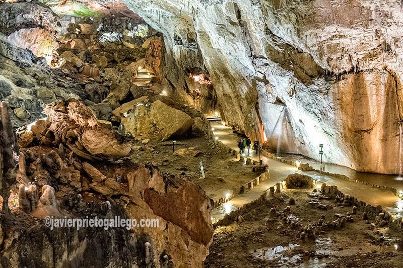Sala de la Gran Rotonda, en la vista a la Cueva de Valpoquero. León. Castilla y León. España. © Javier Prieto Gallego