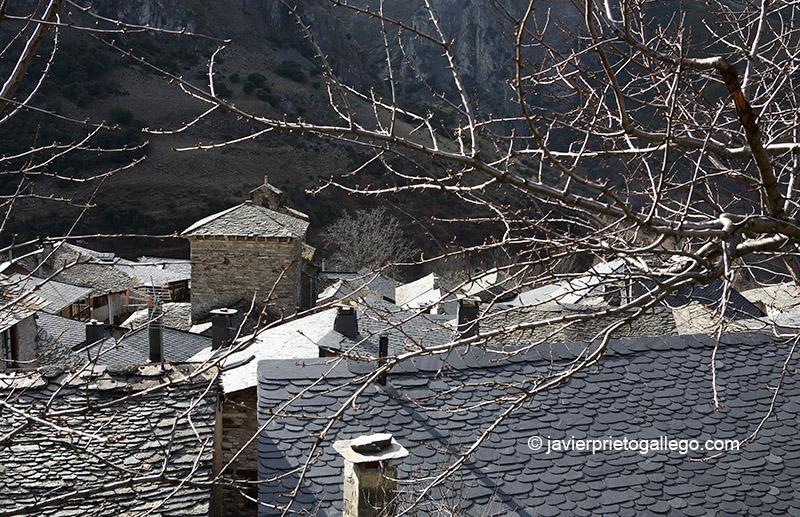 Iglesia de Santiago de Peñalba y tejados de pizarra de la localidad de Peñalba de Santiago. Valle del Silencio. El Bierzo. León. Castilla y León. España © Javier Prieto Gallego