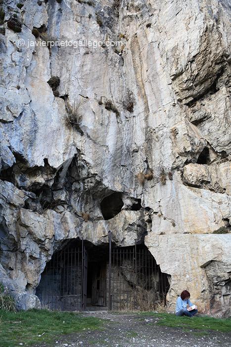 Entrada a la Cueva de San Genadio en el Valle del Silencio. El Bierzo. León. Castilla y León. España © Javier Prieto Gallego