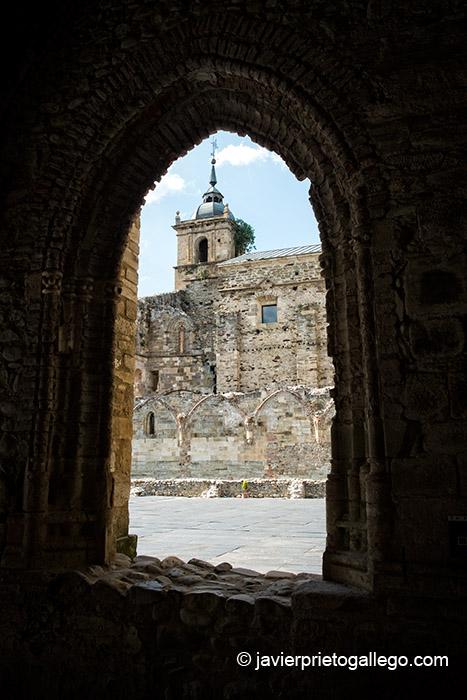 Iglesia de Santa María de Carracedo vista a través de uno de los arcos del claustro reglar. El Bierzo. León. Castilla y León. España. © Javier Prieto Gallego