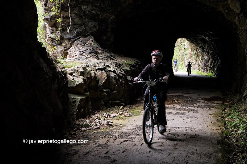 La Senda del Oso atraviesa diversas zonas con túneles por lo que circuló también el desaparecido tren minero. Asturias. España. © Javier Prieto Gallego