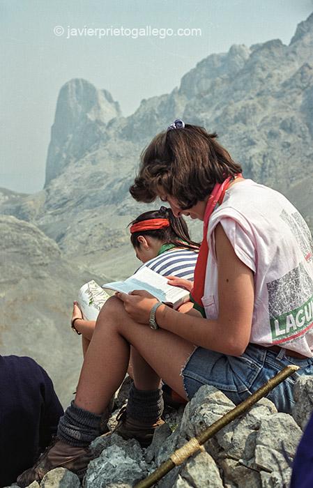 Un grupo de jóvenes montañeros contemplan la estampa del Naranjo de Bulnes (2.519 m) en su camino hacia Torre Bermeja (2.400 m). Picos de Europa. Asturias. España, 1990 © Javier Prieto Gallego