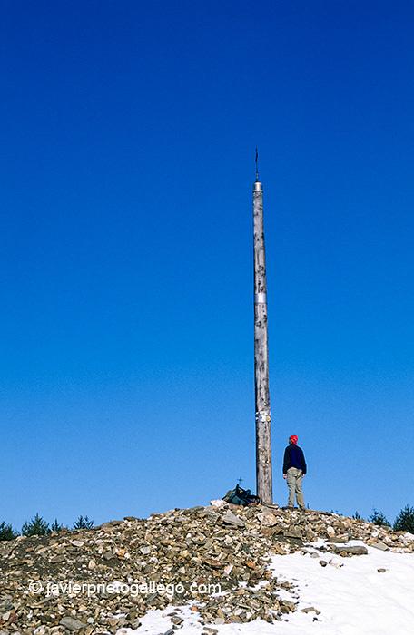 Un peregrino ante la Cruz de Ferro. Camino de Santiago en El Bierzo. León. Castilla y León. España. © Javier Prieto Gallego