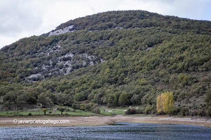 Playa del embalse de Ruesga. Parque Natural de Fuentes Carrionas. Montaña Palentina. Valle Estrecho. Palencia. Castilla y León. España. © Javier Prieto Gallego