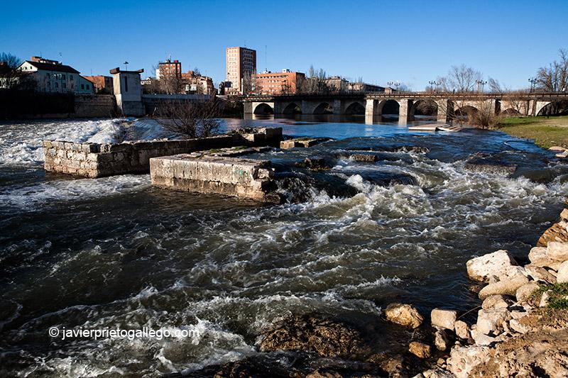 Restos de las antiguas aceñas que hubo junto al Puente Mayor. Río Pisuerga.Valladolid. Castilla y León. España, 2009 © Javier Prieto Gallego