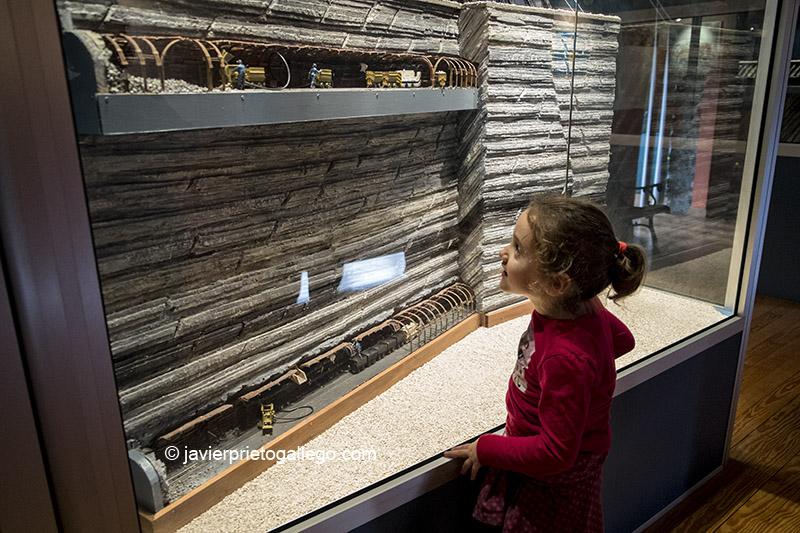 Una niña contempla una de las maquetas que explican cómo es el interior de una mina en el Centro de Interpretación de la Minería. Barruelo de Santullán. Palencia. España © Javier Prieto Gallego;