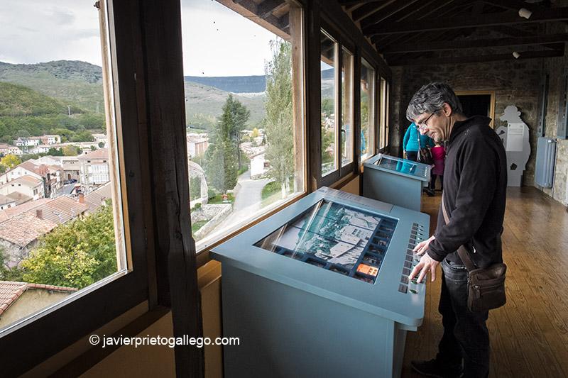 Un visitante ante el mirador del Centro de Interpretación de la Minería desde el que se contempla una panorámica de Barruelo de Santullán. Palencia. España © Javier Prieto Gallego;