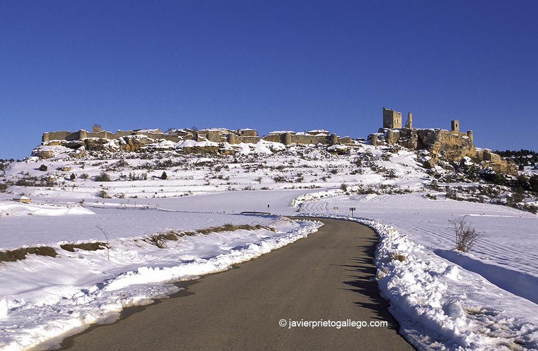 Paisaje nevado de la localidad amurallada de Calatañazor. Soria. Castilla y León. España, 2007 © Javier Prieto Gallego