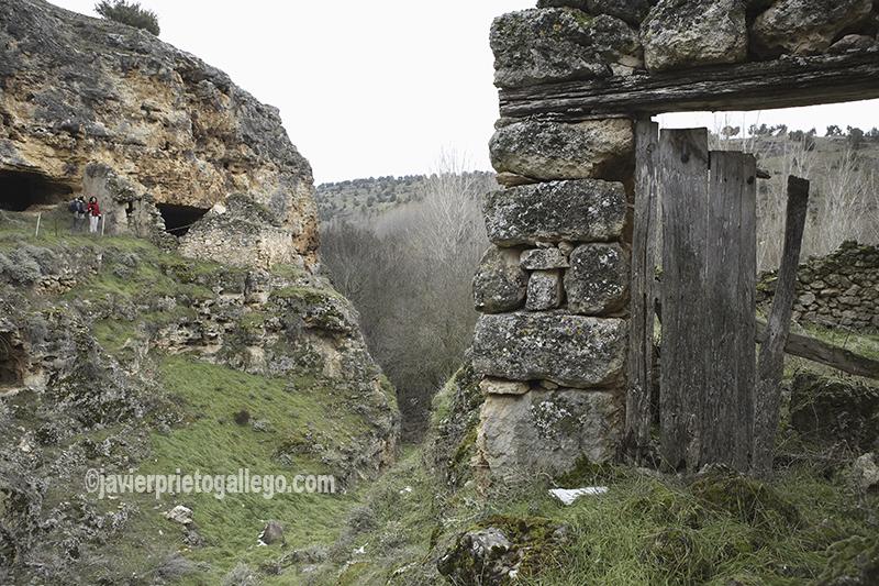 Chozos pastoriles rupestres construidos en las paredes rocosas del cañón del río San Juan. Cerca de las Hoces del Duratón. Segovia. Castilla y León. España. 2007 © Javier Prieto Gallego