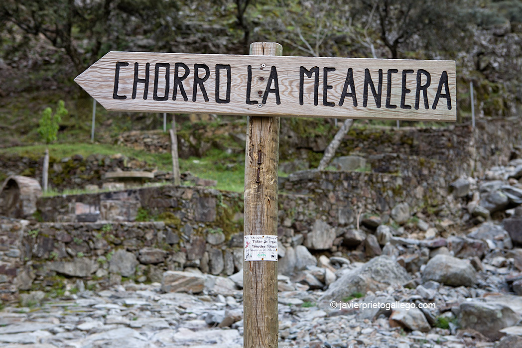 Señalización ruta a la cascada de La Miacera o Meancera. Localidad de El Gasco. Comarca de Las Hurdes. Cáceres. Extremadura. España. © Javier Prieto Gallego;