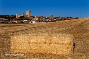 Campos en barbecho y castillo de Torrelobatón (Valladolid)
