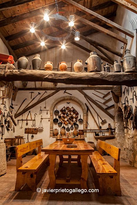Muestra de objetos etnográficos recogidos en la peña Manguis de Astudillo. Localidad de Astudillo. Palencia. Castilla y León. España © Javier Prieto Gallego