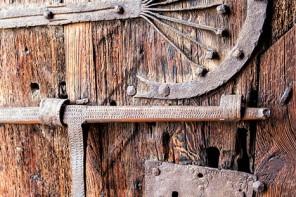 Herrajes en la puerta de una ermita (Montaña Palentina)
