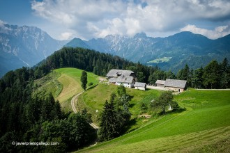 Granjas tradicionales en la carretera panorámica de Solčava. Alpes eslovenos. Eslovenia © Javier Prieto Gallego.