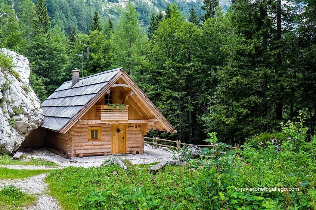 Puesto de socorro de alta montaña cerca del refugio de montaña Frischaufov dom na Okrešlju (1.396 m). La ascensión por la cascada Rinka, la segunda más alta de Eslovenia -105 metros. continúa después hacia el refugio de montaña Frischaufov dom na Okrešlju .Valle de Logarska Dolina. Región de Solčavsko. Alpes de Kamnik y Savinia. Eslovenia © Javier Prieto Gallego